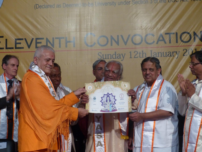 Atribuição do Título de Grande Mestre Internacional do Yoga e Prémio Keilasha a Shrí Shrí Shrí Iyengar Jí Mahá Rája