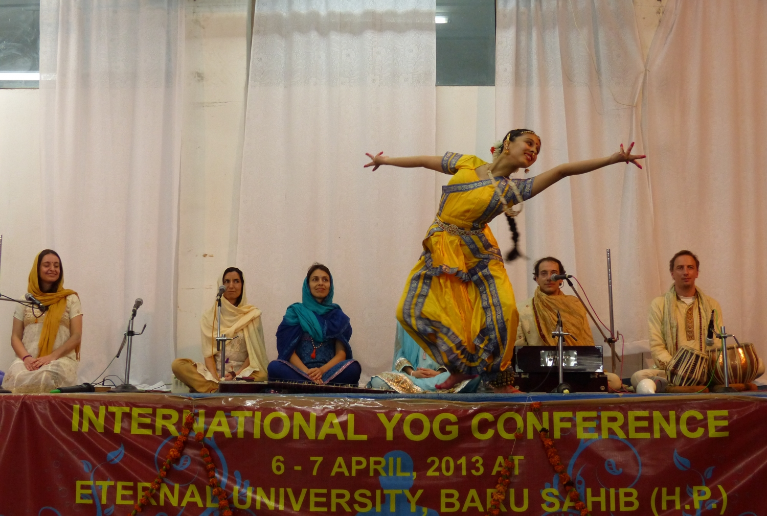 Presentation of Bháratanathyam by Shiva Rája - International Yoga Conference - Índia, Bahu Sahib, Eternal University, 2013