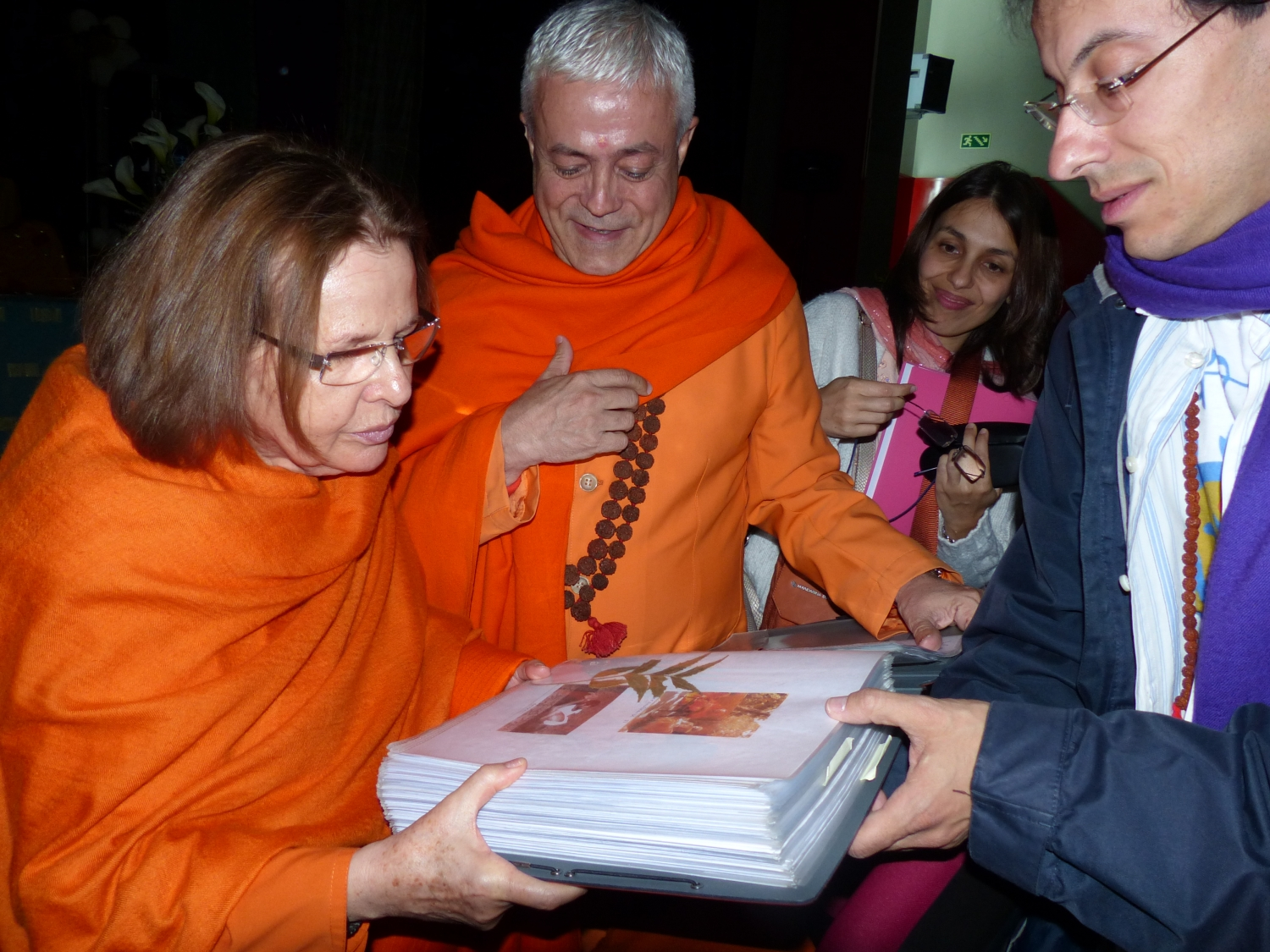 Meeting of H.H. Jagat Guru Amrta Sūryānanda Mahā Rāja with Swami Durgánanda, Director of the Shivánanda Centres in Europe