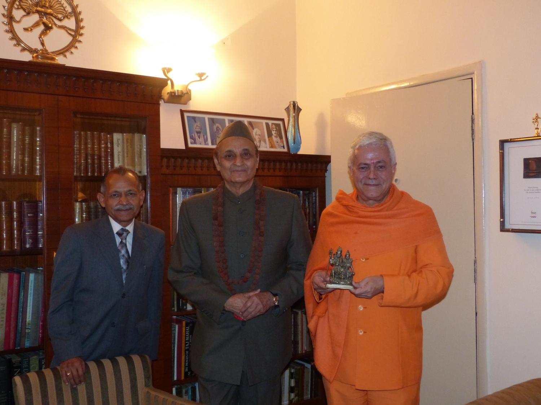 Encontro de H.H. Jagat Guru Amrta Sūryānanda Mahā Rāja com Karan Singh, Assessor de Manmohan Singh, Ex-Primeiro-Ministro da Índia - Índia, Dillí - 2013, Dezembro