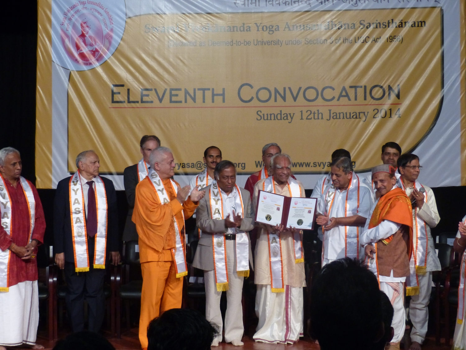 Delivery of the Honorary Doctorate (DLitte Degree) to the Yoga Guru Amrta Súryánanda Mahá Rája by the University of Bengaluru, S-Vyása - 2014, January, 12th