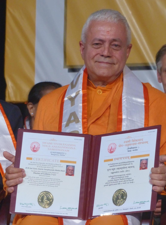 Entrega do Doutoramento Honoris Causa (DLitt Degree) ao Yoga Guru Amrta Súryánanda Mahá Rája pela Universidade de Bengaluru, S-Vyása - 2014, Janeiro, 12