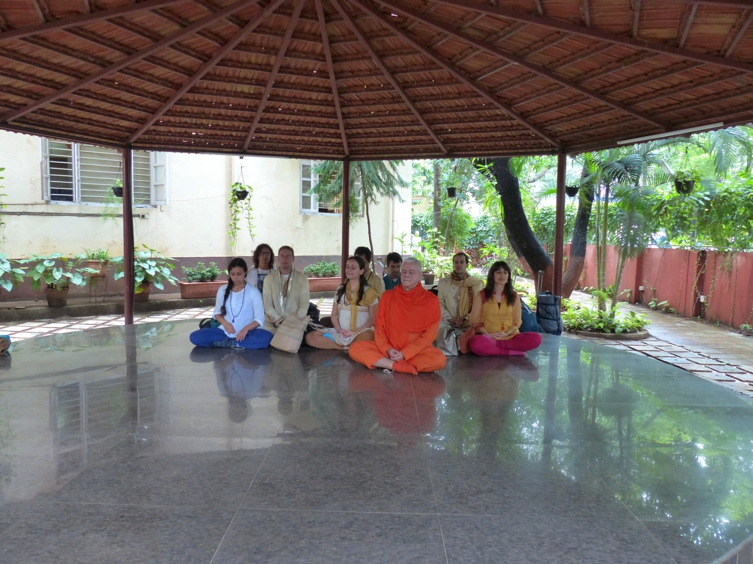 Meeting of H.H. Jagat Guru Amrta Sūryānanda Mahā Rāja with Smt. Hansaji Jayadeva Yogendra - The Yoga Institute of Santa Cruz, Mumbai, India - 2014, July