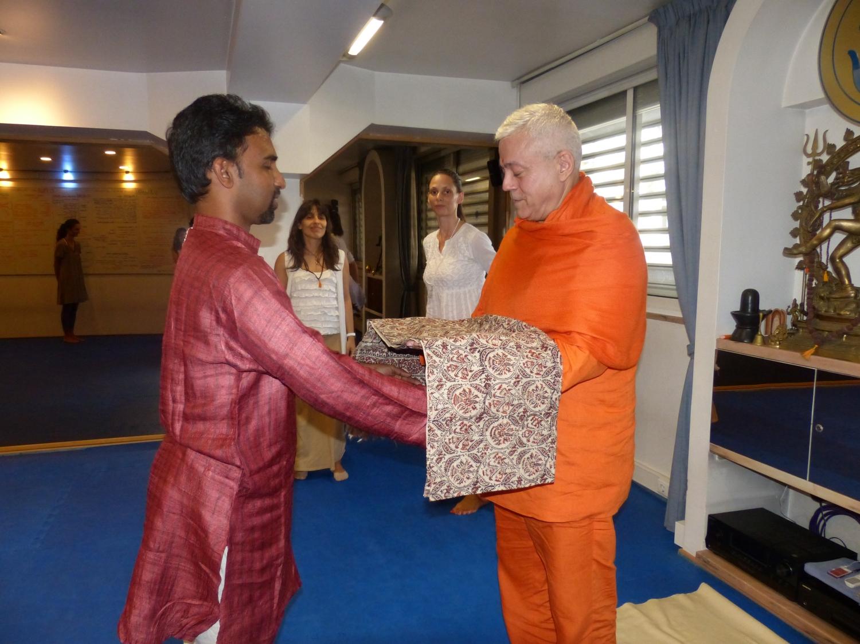 O professor de Bháratanathyam enviado pela Kalakshetra Foundation encontra H.H. Jagat Guru Amrta Súryánanda Mahá Rája - Lisboa, 2014