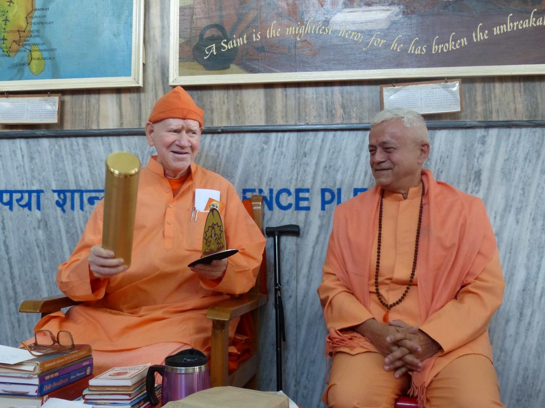 Atribuição do Título de Grande Mestre Internacional do Yoga e Prémio Keilasha a H.H. Svámin Vimlánanda Sarasvatí Mahá Rája - Presidente da Divine Life Society, rshikesh, Índia - 2014, Outubro