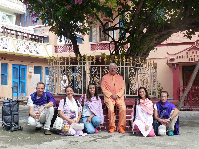 H.H. Jagat Guru Amrta Súryánanda Mahá Rája e alguns dos seus discípulos no Shivánanda Áshrama, sede da Divine Life Society, rshikesh, Índia - 2014, Outubro