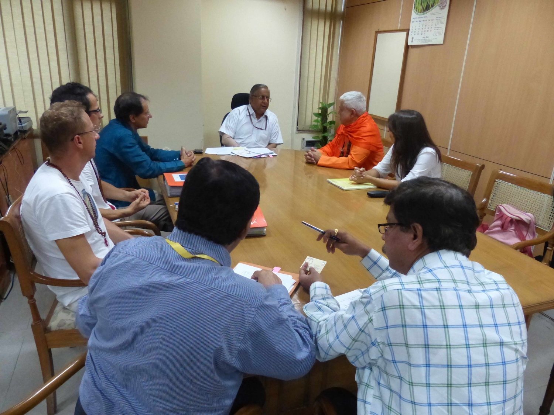Reunião de H.H. Jagat Guru Amrta Sūryānanda Mahā Rāja com o Secretário da AYUSH - Shrí Nilanjan Sanyal - Índia, Dillí - 2014, Outubro, 10