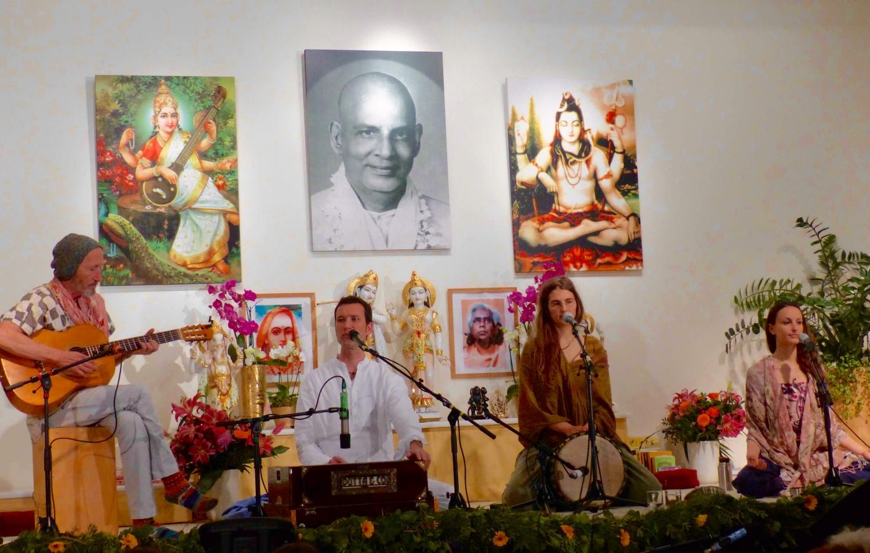 Apresentação de Mantra pelo Yoga Vidya
