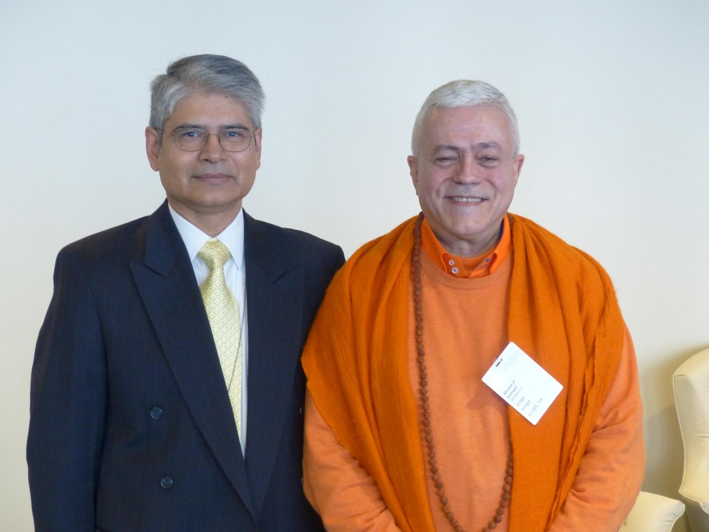 H.H. JagatAmrta Súryánanda Mahá Rája con el Embajador de India en las Naciones Unidas Ashoke Mukherjí
