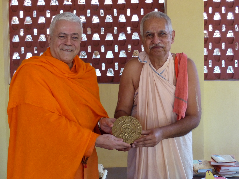 Homenagem do Keivalyahama Yoga Institute, Lonavala a H.H. Jagat Guru Amrta Súryánanda Mahá Rája