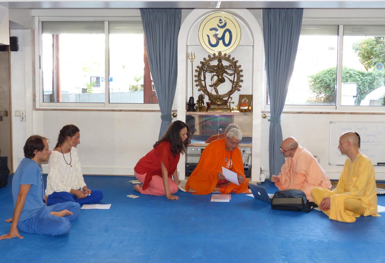 Reunião de H.H. Jagat Guru Amrta Sūryānanda Mahā Rāja com Svāmin Yadunandana  - ISKCON Hare Krshna - na Sede Nacional da Confederação Portuguesa do Yoga - 2015