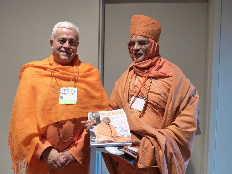 Com Shrí Madhavpriyadas Svámin Jí - Gurukul, Índia