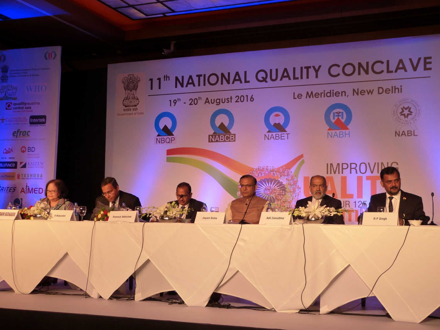 De gauche à droite: Dr. Prakin Suchaxaya - Regional Adviser for Nursing and Midwifer, WHO regional office for South-East Asia (SEARO) ; R. Mukundan - Chairman of the NBQP ; Ramesh Abhishek - Secretary of the DIPP ; Shrí Jayant Sinha - Hon'ble MoS, Civil Aviation ; Adil Zainubhai - Chairman of the Quality Council of India ; Dr. Ravi P. Singh - Secretary General of the Quality Council of India