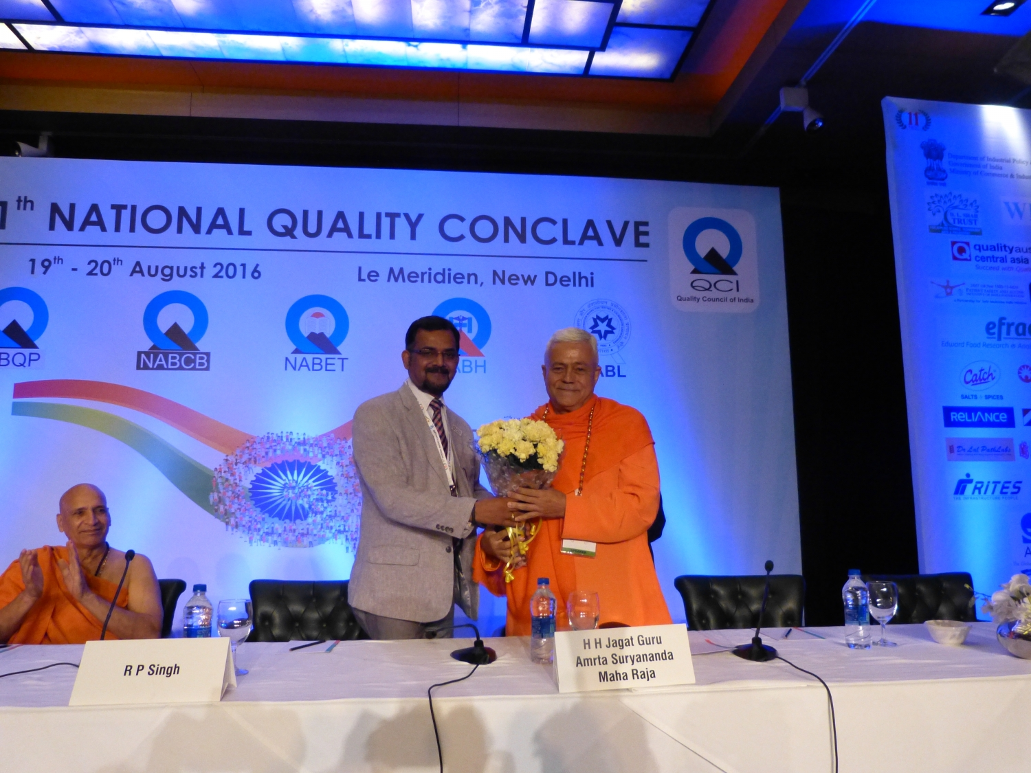 H.H. Jagat Guru Amrta Súryánanda Mahá Rája com Dr. Ravi P. Singh, Secretário Geral do the Quality Council of India