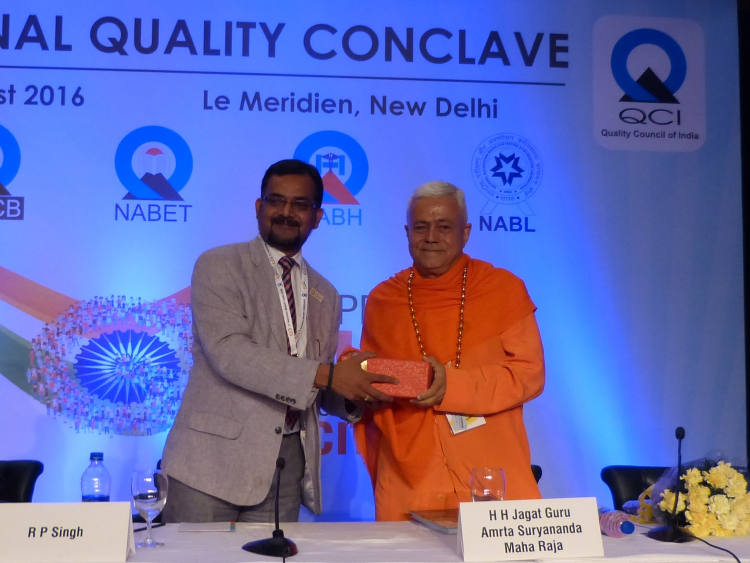 H.H. Jagat Guru Amrta Súryánanda Mahá Rája avec Dr. Ravi P. Singh, Secretário Geral do the Quality Council of India