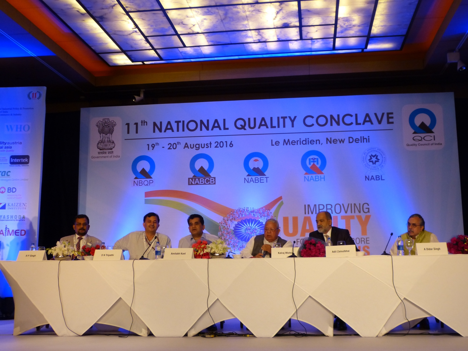 De gauche à droite:  Dr. Ravi P. Singh – Secretary General do Quality Council of Índia ; S. N. Tripathi - IAS, Addl. Sec & DC MSME ; Amitabh Kant - IAS, CEO NITI AAYOG ; Dr. Kalraj Mishra - Hon'ble Minister of MSME ; Adil Zanulbhai - Chairman of the Quality Council of India ; Dr. A. Didar Singh - IAS, Secretary General of FICCI