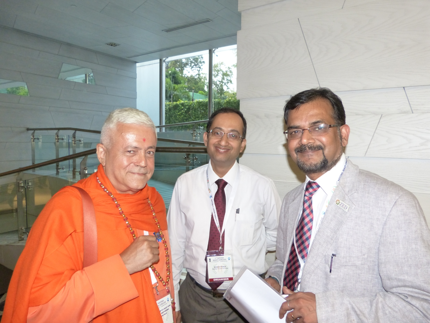 H.H. Jagat Guru Amrta Sūryānanda Mahā Rāja, Dr. Manish Pande, Joint Director of the QCI PADD et Dr. Ravi P. Singh, Secretário Geral do the Quality Council of India