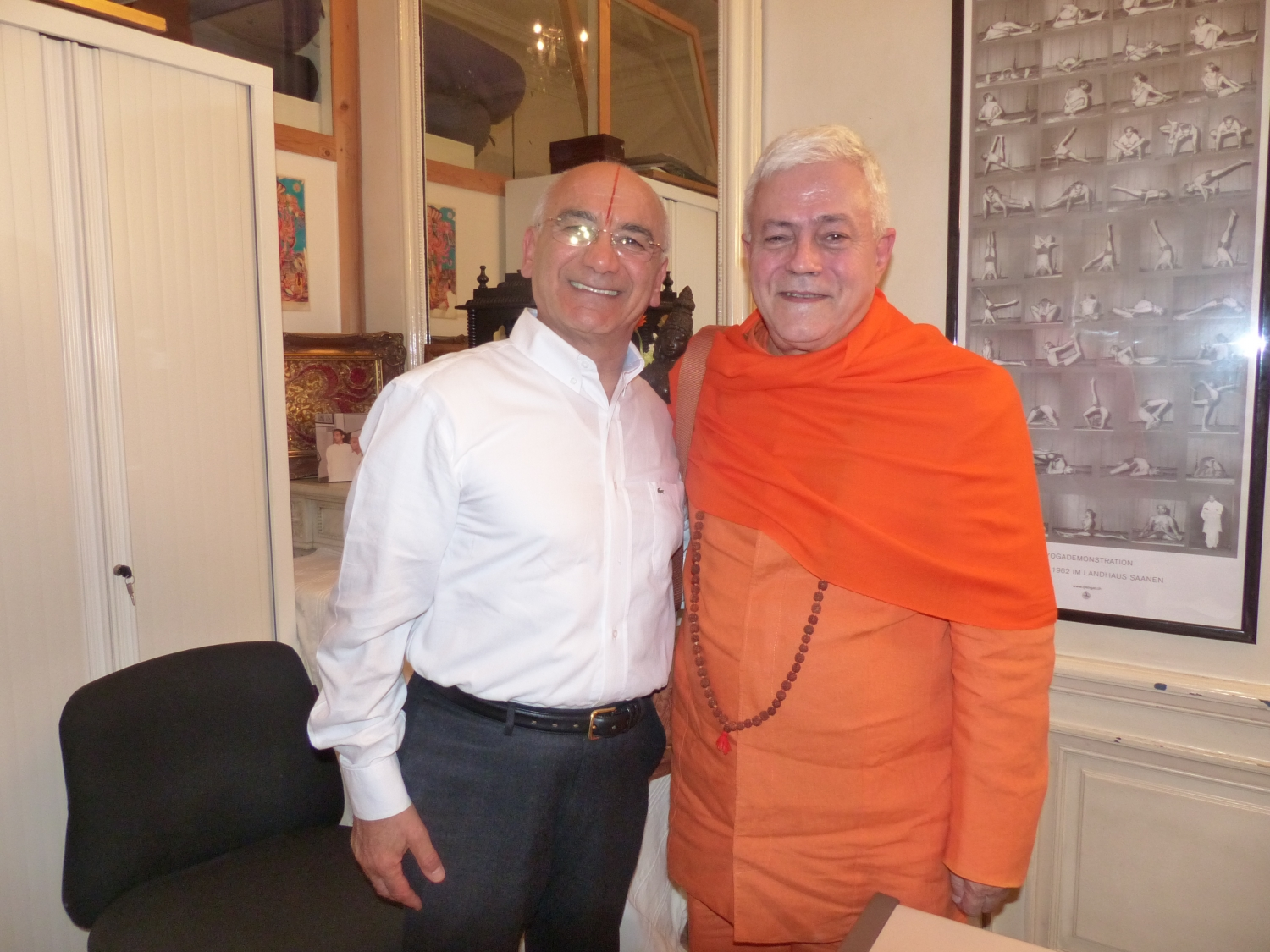 Meeting of H.H. Jagat Guru Amrta Sūryānanda Mahā Rāja with Guru Jī Srhrīcharan Faeq Biria - Centre de Yoga Iyengar de Paris - 2015, November, 26th