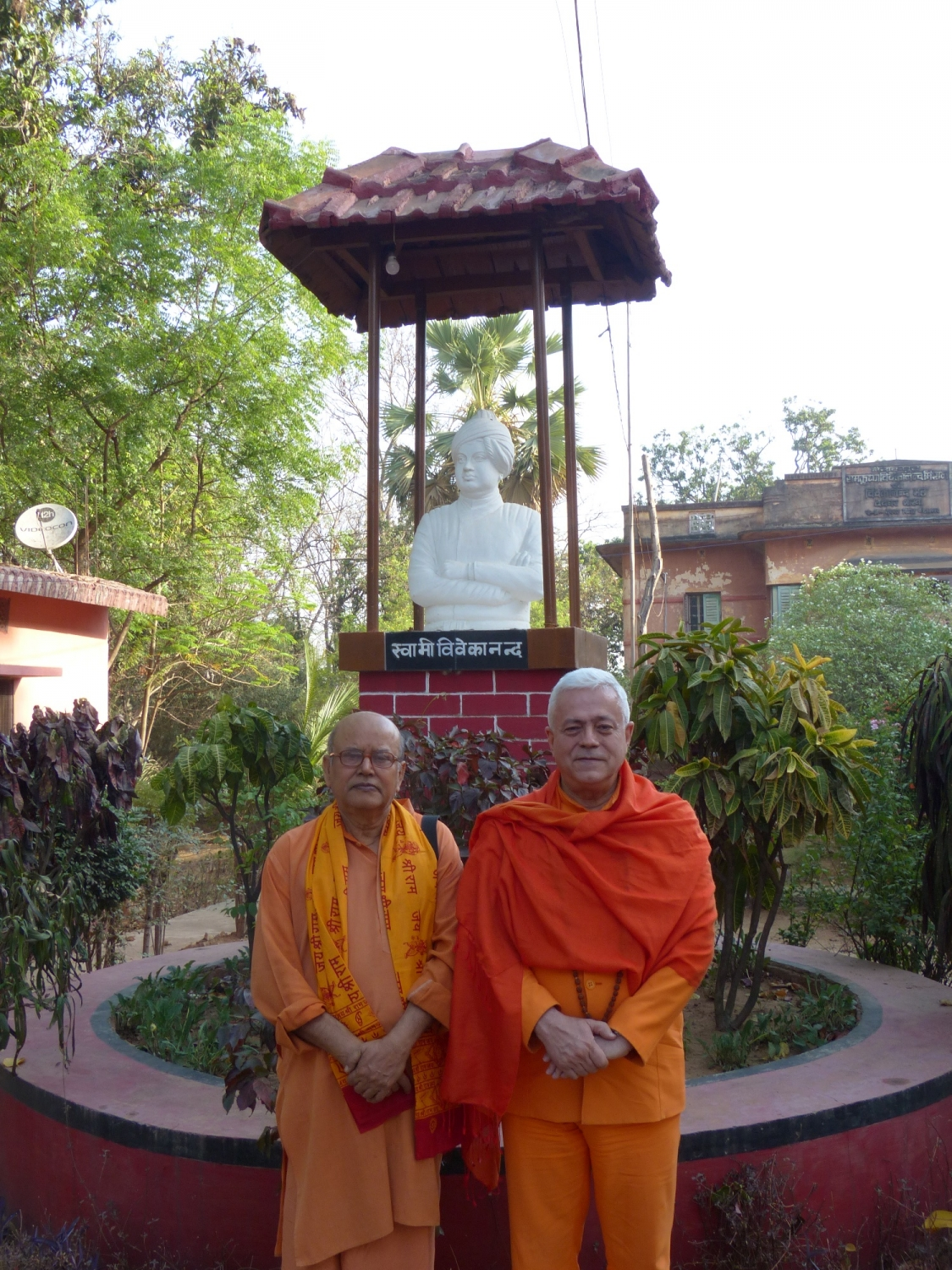 Meeting of H.H. Jagat Guru Amrta Sūryānanda Mahā Rāja with Svámin Malgalteertam - Dehogar, India - 2016, May