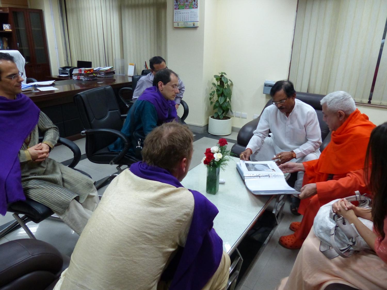 Reunião do Yoga Guru Amrta Sūryānanda Mahā Rāja com S.E. o Ministro do Yoga da Índia - Índia - 2016, Maio