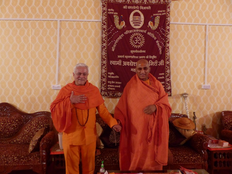 H.H. Jagat Guru Amrta Súryánanda Mahá Rája and H.H. Acharya Mahá Mandaleshvara Svámin Avadeshánandaji Mahá Rája