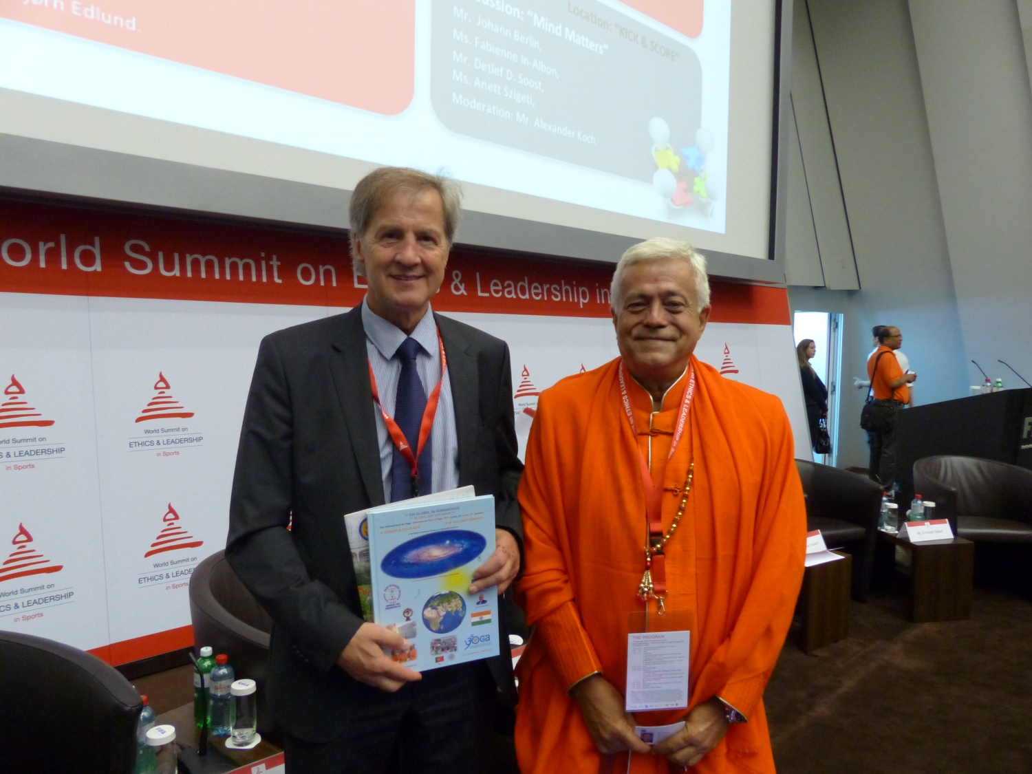 H.H. Jagat Guru Amrta Súryánanda Mahá Rája con Mr. Jo Leinen, Miembro del Parlemento Europeo y Miembro del Board of the World Forum for Ethics in Business