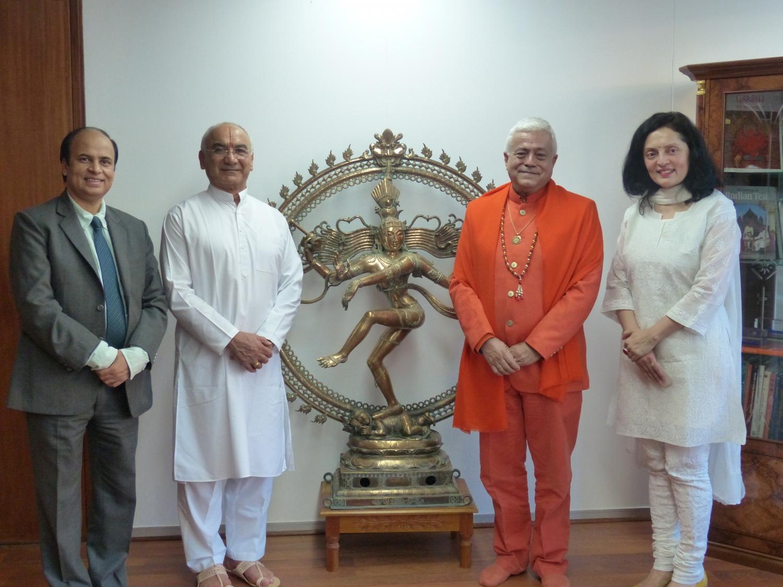 H.H. Jagar Guru Amrta Súryánanda Mahá Rájá, Sua Exa. Embaixadora da Índia na UNESCO Smt. Ruchira Kamboj e Sricharan Faeq Biria, Director do Centre de Yoga Iyengar de Paris