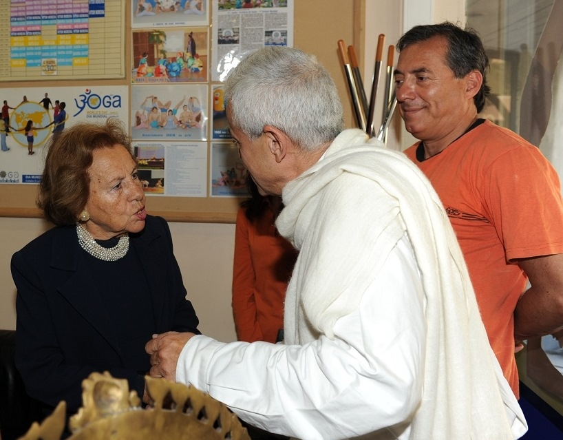 H.H. Jagat Guru Amrta Súryánanda Mahá Rája with Maria Barroso and the Ambassador of Chile