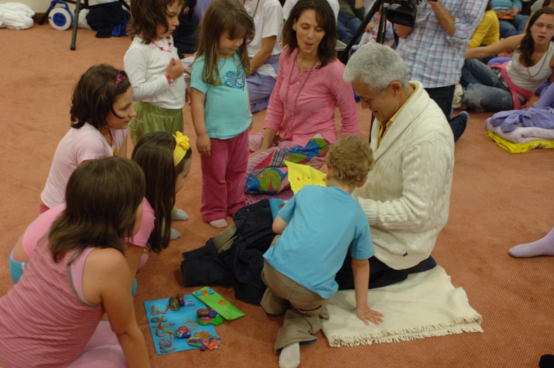 O Pújá das Crianças ao Guru Jí - H.H. Jagat Guru Amrta Súryánanda Mahá Rája