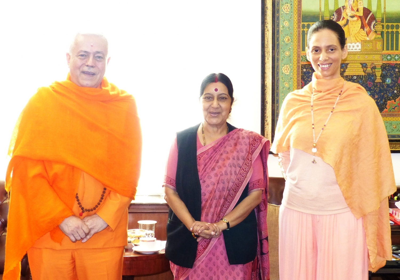 Reunião entre S.E. a Ministra dos Negócios Estrangeiros da Índia Smt. Sushma Swaraj e H.H. Jagat Guru Amrta Sūryānanda Mahā Rāja - Índia, New Dillí - 2015, Março, 17