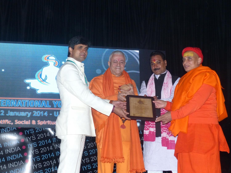 H.H. Jagat Amrta Súryánanda Mahá Rája recibe el Premio Matsyendra Nathá - Ujjein, India - 2014, enero