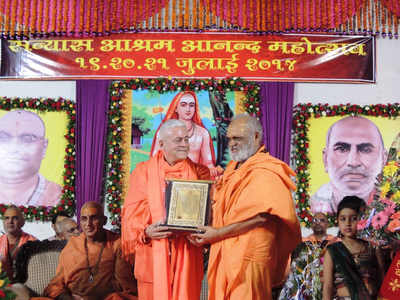 H.H. Jagat Amrta Súryánanda Mahá Rája recebe o Prémio do Sanyasa Áshrama - Mumbai, Índia - 2014, Julho