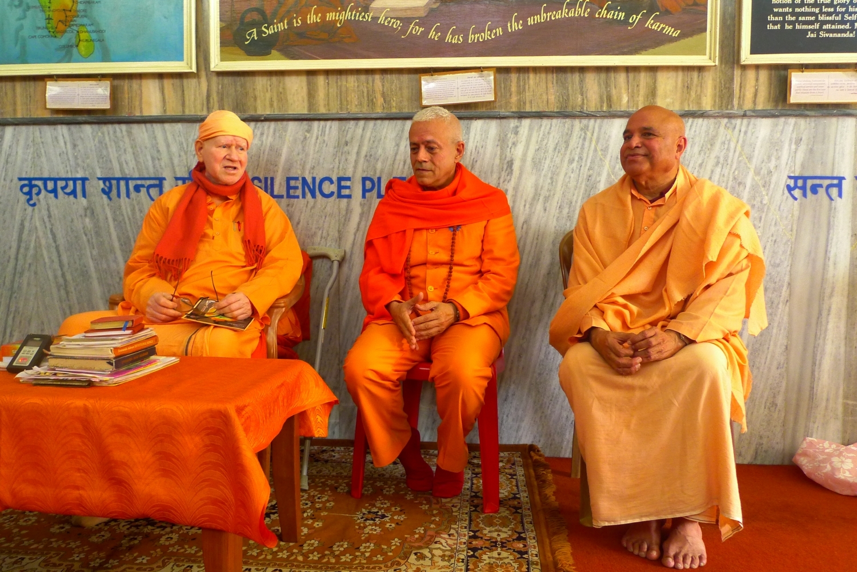 With H.H. Svámin Vimlánanda Sarasvatí Mahá Rája and H.H. Svámin Yogasvarupánanda - Shivánanda Áshrama, rshikesh
