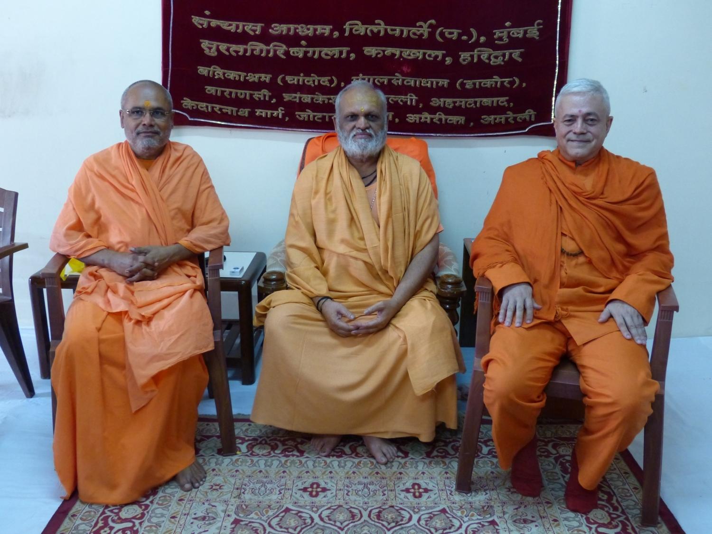 With Mahá Mandaleshvara H.H. Vishveshvaránanda Giri Jí Mahá Rája and Mahá Mandaleshvara H.H. Svámin Paramátmánanda Sarasvatí Mahá Rája, Mumbai