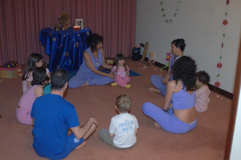 Aula do Yoga para Crianças ministrada pela Mestra Indra Deví - Paula Morais